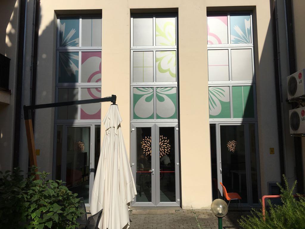 Allestimento con adesivo sabbiato stampato – RSA Il Giglio, Firenze